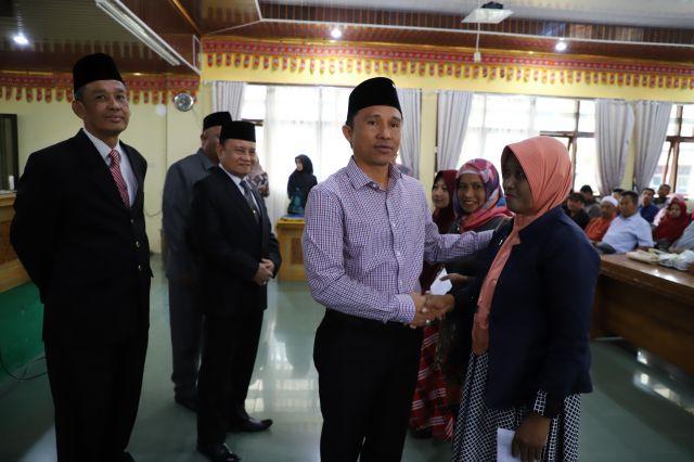 Parosil Mabsus menyerahkan Tali Asih bagi Siswa/i Lulus PTN Negeri